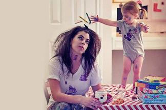 «Хотелось бы голову мыть чаще, чем получается». Выясняем, о чем в декрете мечтают молодые мамы