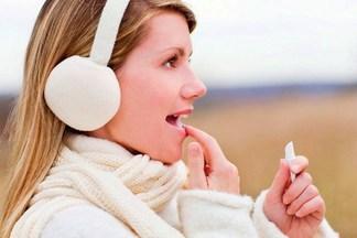 Как справиться с сухостью губ зимой: 4 важных правила