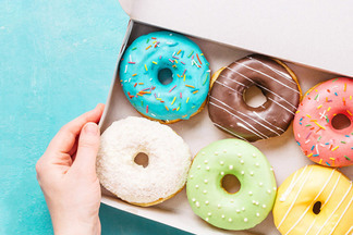 Не мучайтесь, разрешите себе сладости! Диетолог о причинах пищевой зависимости