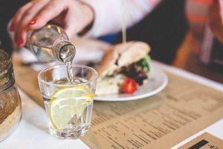 Пить или не пить: как вода влияет на процессы пищеварения?