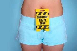 «Лежать на диване уж точно вредно»: гинеколог о том, чего нельзя делать во время менструации