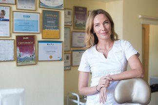 «Ем ириски и пользуюсь обычной щеткой»: стоматолог рассказывает о своих привычках