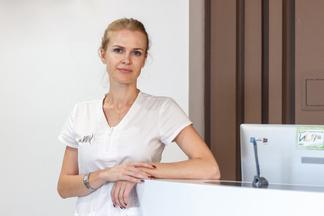 Пилинги и чистки для лица: дерматолог объясняет, когда это может быть вредно, а когда — полезно