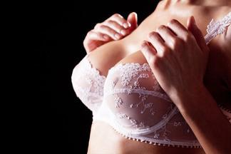 «Бюст, как у Памелы Андерсон, давно не просят, в моде естественность»: специалист отвечает на неудобные вопросы о пластике груди