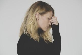 Почему болит голова утром: 6 распространенных причин