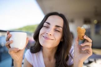Названы три утренние привычки, которые мешают похудеть