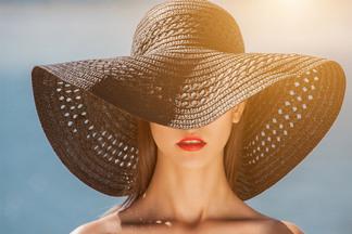 Вредна ли косметика на пляже? Дерматолог делится правилами летнего макияжа