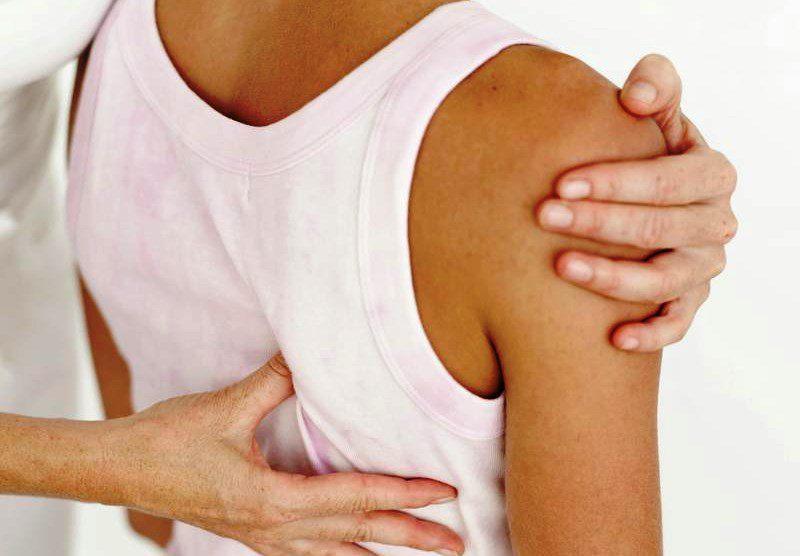 Боль под правой лопаткой сзади со спины: причины, лечение