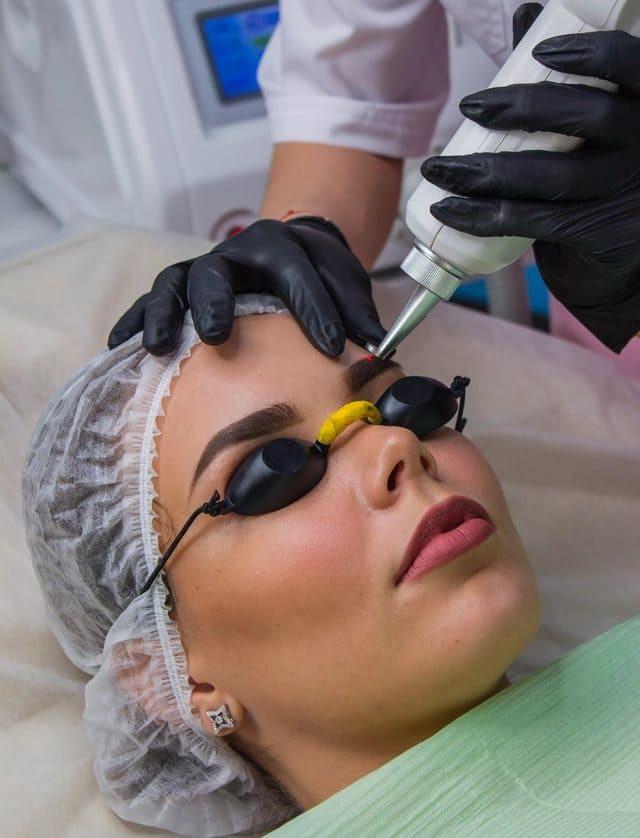 Как проходит процедура удаления татуажа бровей